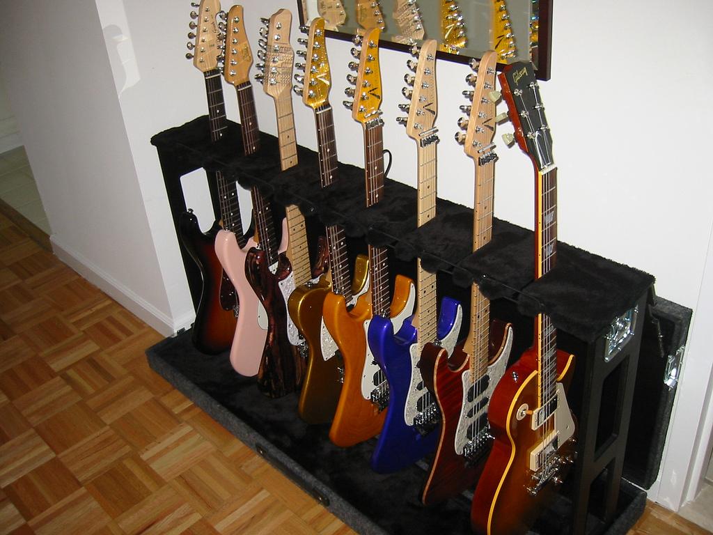 複数立てかけられるギタースタンド. multi
